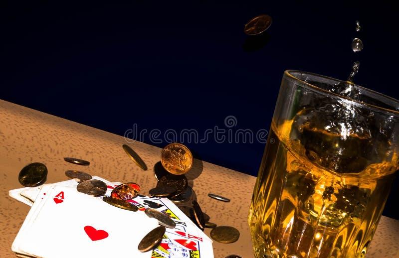Whisky y monedas fotografía de archivo libre de regalías
