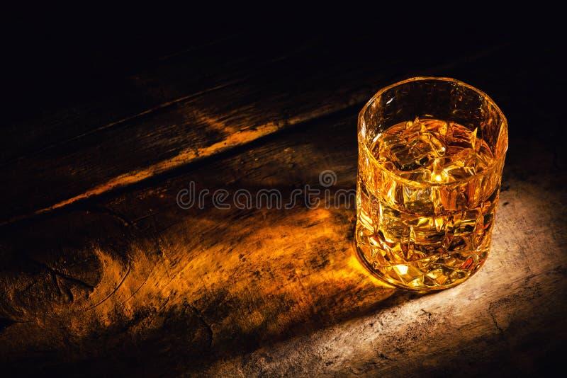 Whisky z kostka lodu na drewnianym tle fotografia royalty free