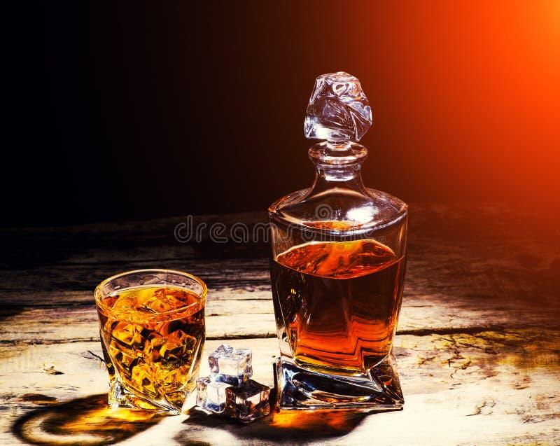 Whisky z kostka lodu na drewnianym tle obraz stock