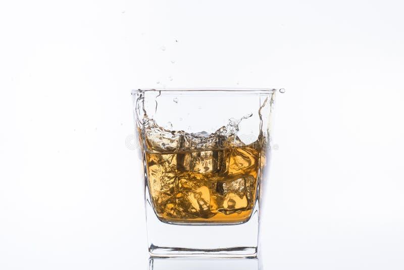 Whisky z lodem Rum z lodem Brown brandy z lodem Trzy kostka lodu w szkle z alkoholem zdjęcia stock