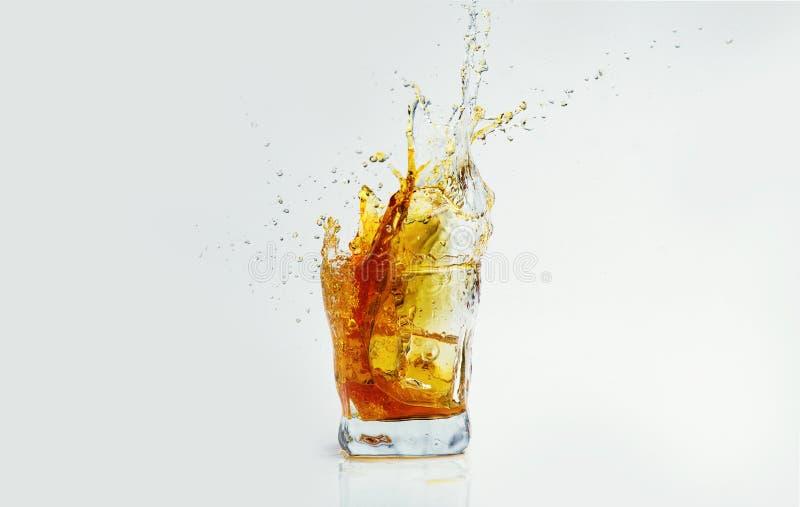 Whisky z plu?ni?ciem na bia?ym tle, brandy w szkle zdjęcie stock