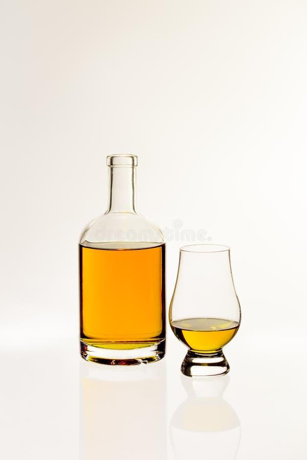 Whisky z węszącym szkłem obraz stock