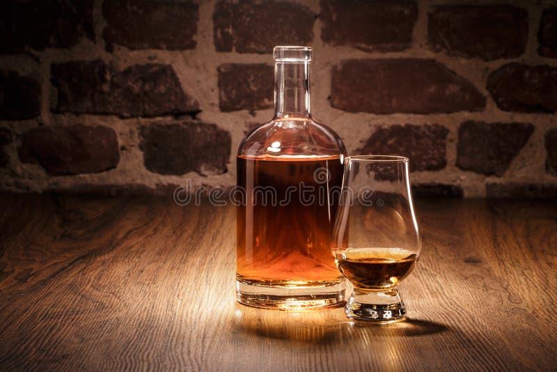 Whisky z węszącym szkłem fotografia stock