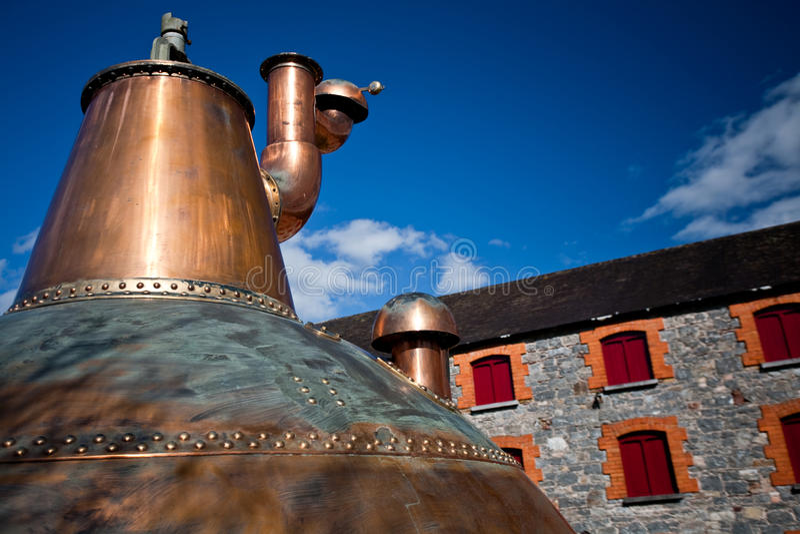 Whiskybrennerei altes kupfernes washback in Irland stockbilder