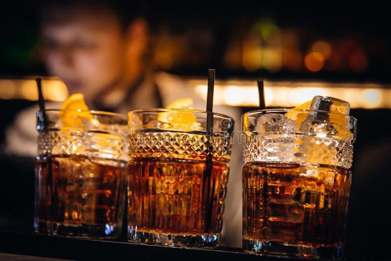Whiskycocktailnettes gedient mit schönem bokeh stockfoto