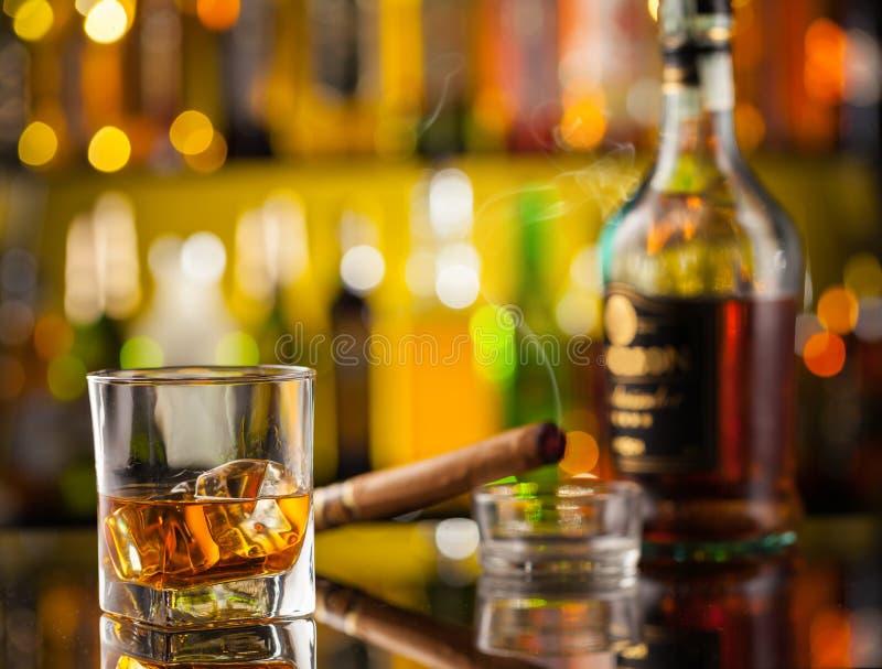 Whiskydrank met autosleutel royalty-vrije stock afbeeldingen