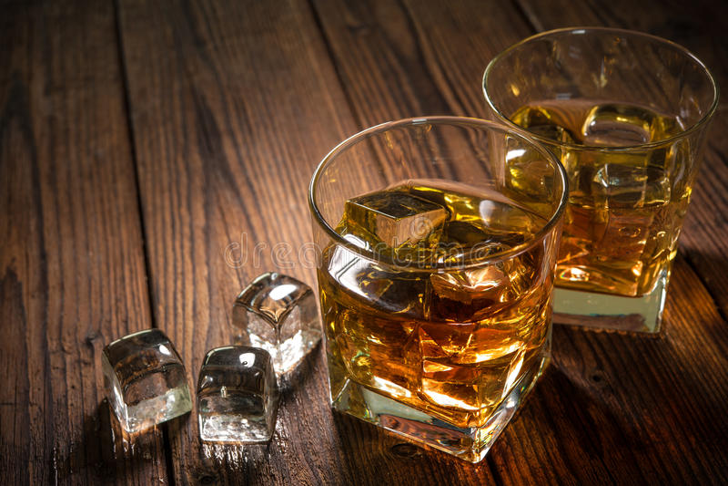 Whiskydranken op hout stock foto's