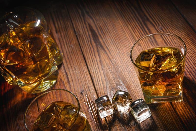 Whiskydranken op hout stock afbeeldingen