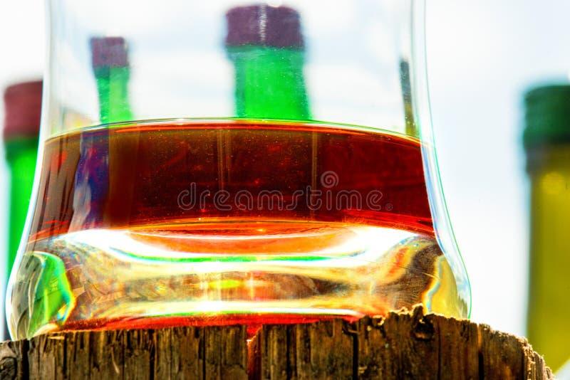 Whiskyexponeringsglas på träställning royaltyfri bild
