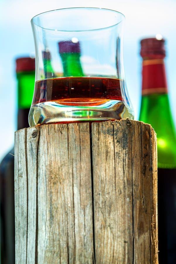 Whiskyexponeringsglas på träställning royaltyfri fotografi
