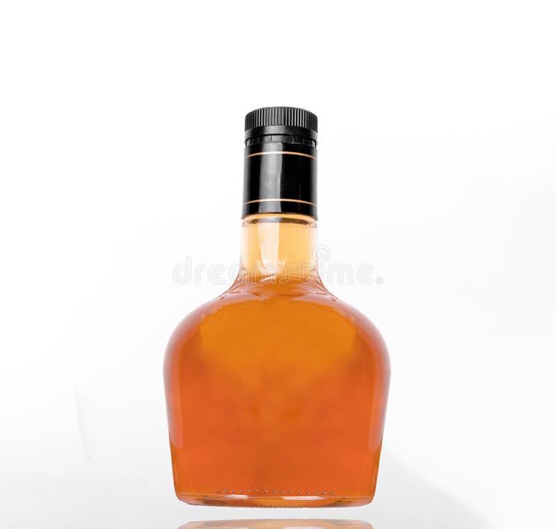 Whiskyfles op witte achtergrond royalty-vrije stock fotografie
