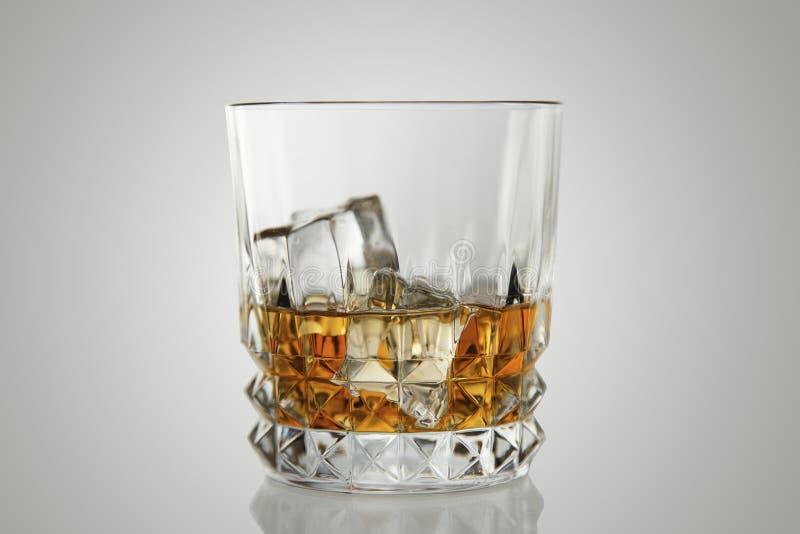 Whiskygetränk auf den Felsen lizenzfreies stockbild