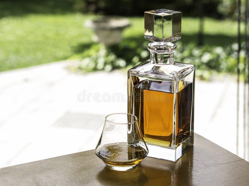Whiskykaraff och exponeringsglas av whisky royaltyfri foto
