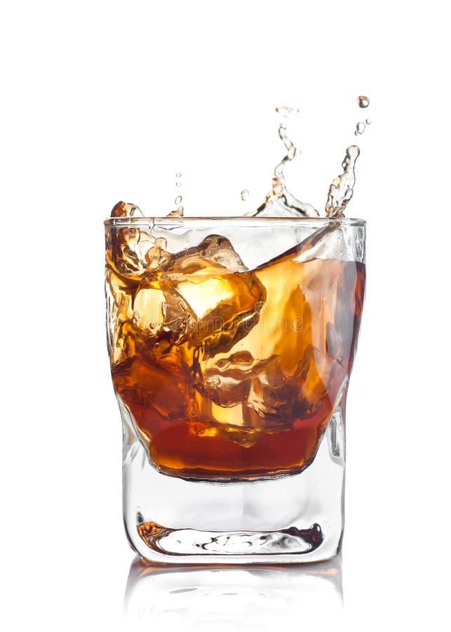 Whiskyspritzen mit Eiswürfeln stockfotografie