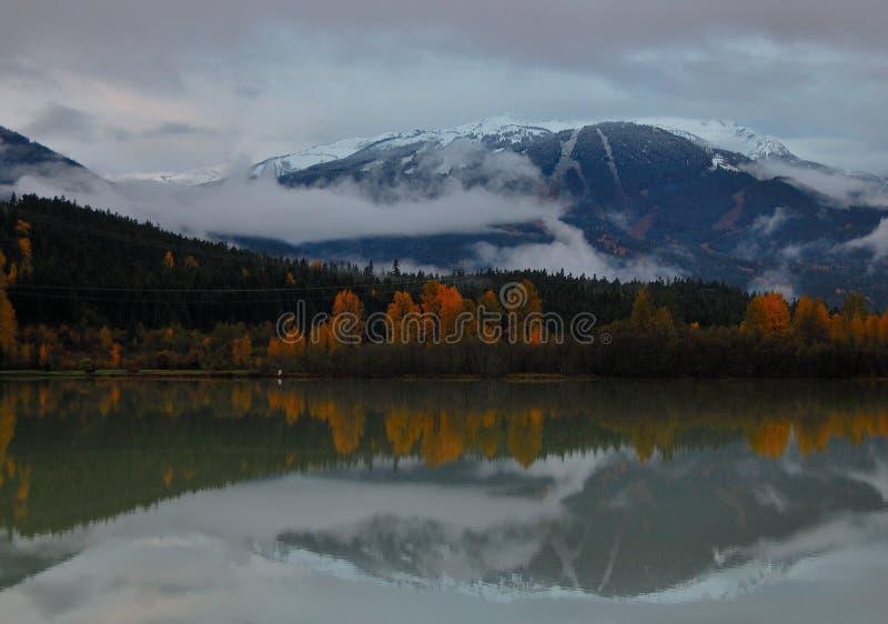 Whistler au-dessus de lac vert images stock