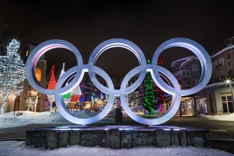 WHISTLER, BC, IL CANADA - 14 GENNAIO 2019: Gli anelli olimpici situati nel villaggio di Whistler alla notte fotografia stock libera da diritti