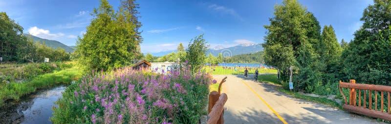WHISTLER, CANADA - 12 AOÛT 2017 : Les touristes apprécient le parc d'arc-en-ciel photo stock