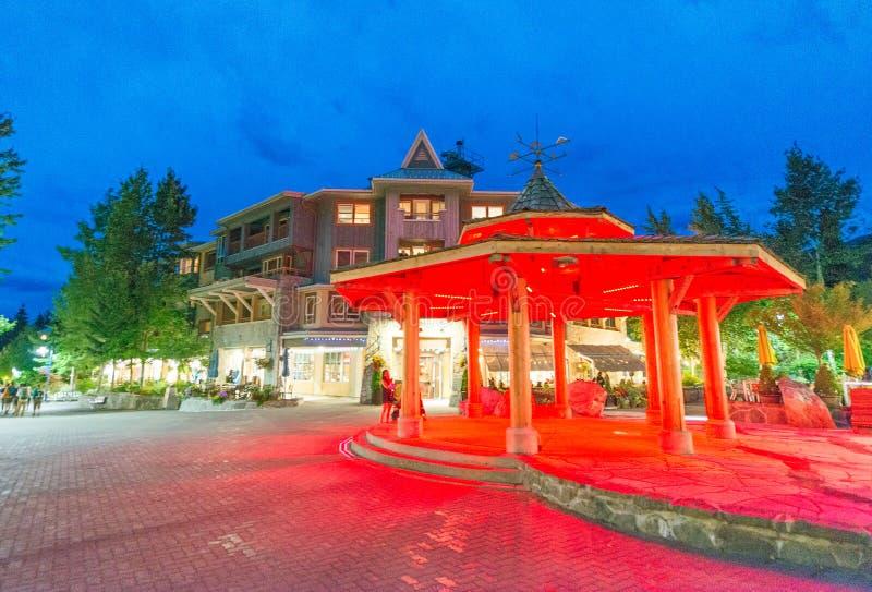 WHISTLER, CANADA - 12 AOÛT 2017 : Touristes la nuit le long de ville image stock