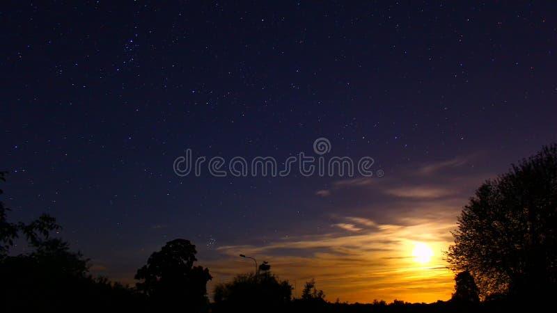 Whit-Sterne und Mond des nächtlichen Himmels lizenzfreies stockfoto