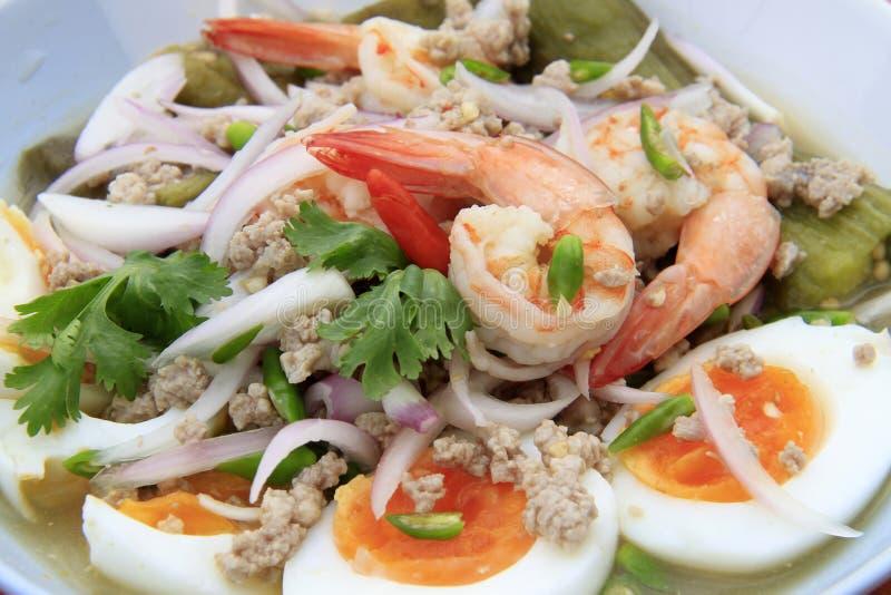 Whit van de auberginesalade eieren en garnalen, Thais-Voedsel royalty-vrije stock afbeelding
