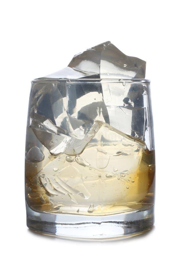 Whit van het whiskyglas ijsbesnoeiingen royalty-vrije stock afbeeldingen