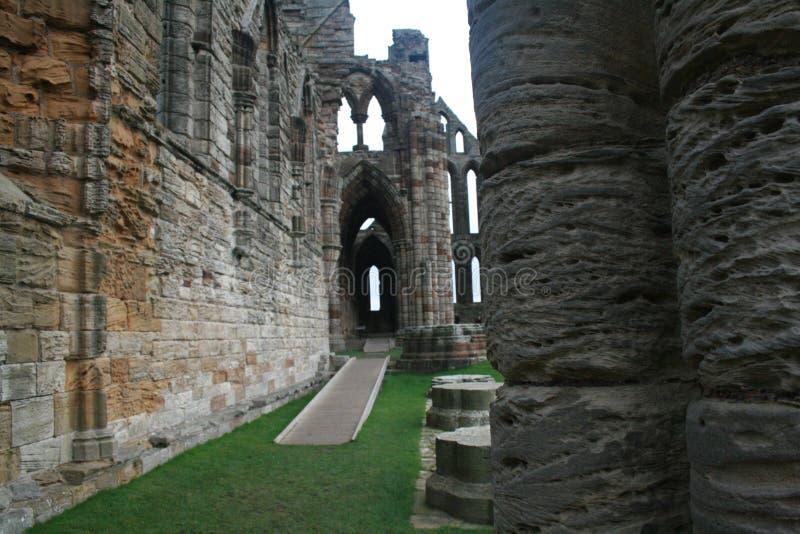 Whitby修道院被破坏的走廊更加接近的看法  库存照片