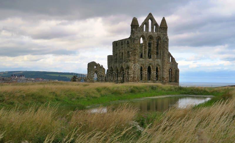 Whitby Abbey - ruïnes van gotische kerk boven overzeese kust in Engeland royalty-vrije stock afbeelding
