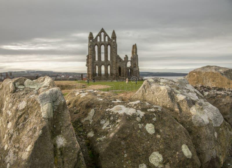 Whitby Abby - paredes de pedra e céus escuros imagem de stock