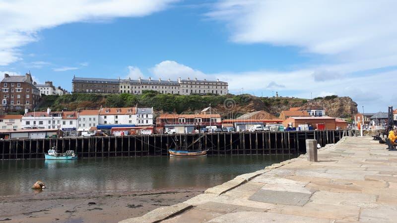 Whitby Harbour und Pier stockbild