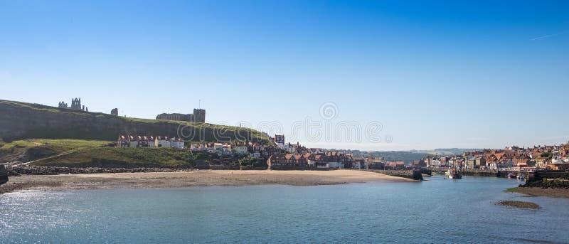 Whitby norr Yorkshire, UK Sikt av den berömda sjösidahamnstaden fotografering för bildbyråer