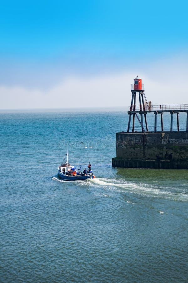 Whitby, North Yorkshire, Großbritannien Fischerboot, das den Hafen verlässt stockbilder