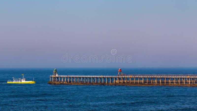 Whitby Pier, North Yorkshire, Reino Unido imagens de stock