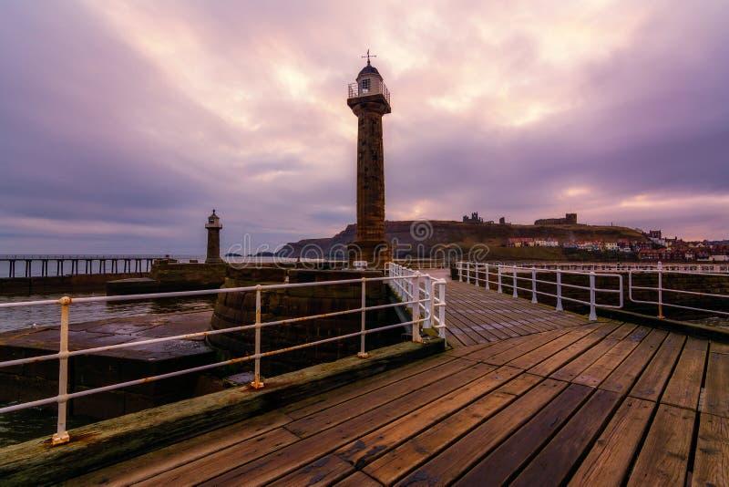 Whitby West Pier Light en Yorkshire foto de archivo