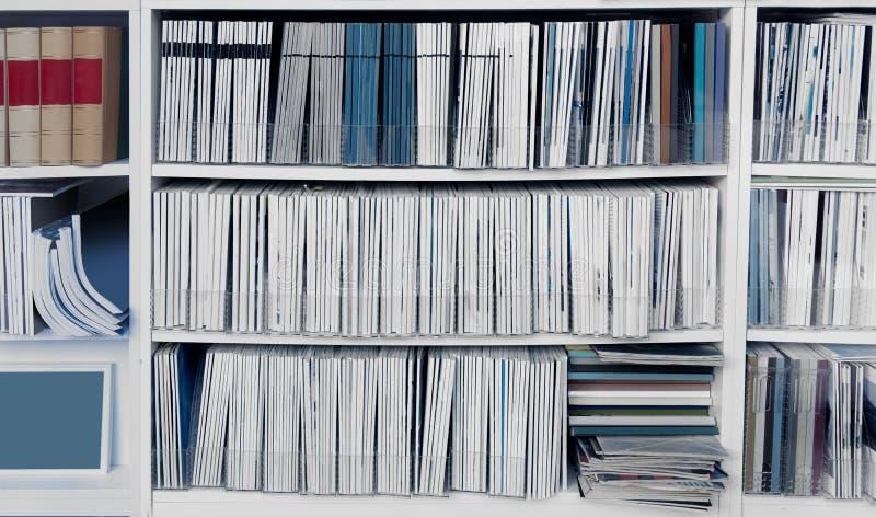 White bookcase com muitos relatórios fotos de stock royalty free