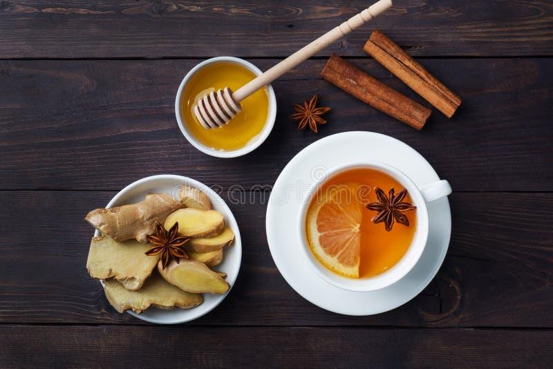White Cup mit natürlichem Kräutertee-Ingwer-Zitrone und HonigZimt Energie-Vitamingetränk wird für Erkältungen verwendet dunkler H lizenzfreie stockfotografie
