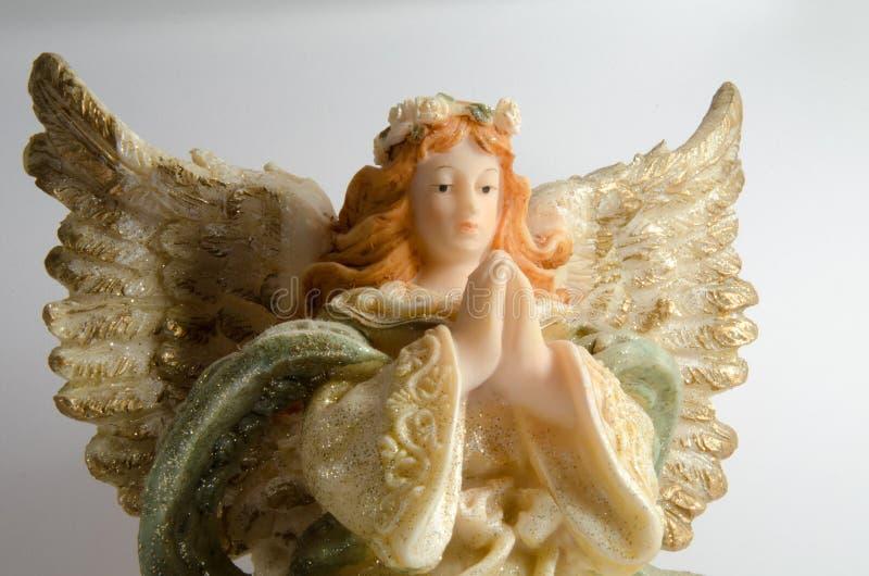 white för ängelbakgrundsstaty arkivfoto