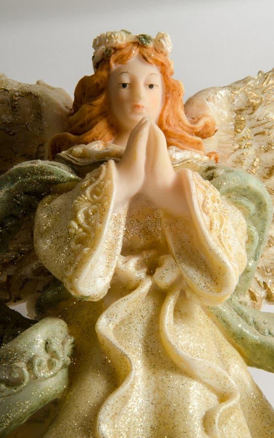 white för ängelbakgrundsstaty royaltyfria bilder