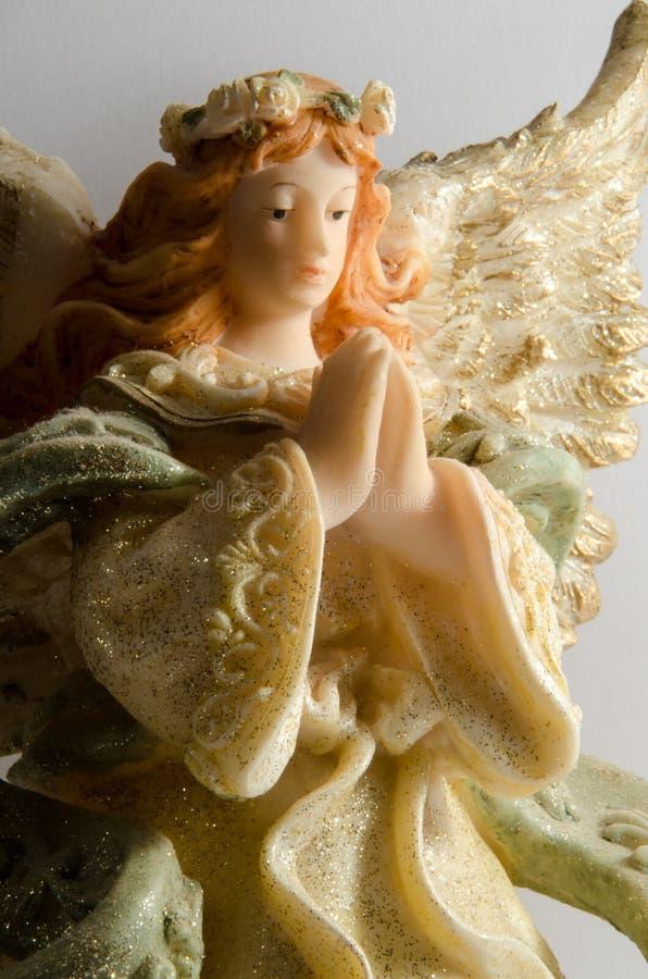 white för ängelbakgrundsstaty arkivbild