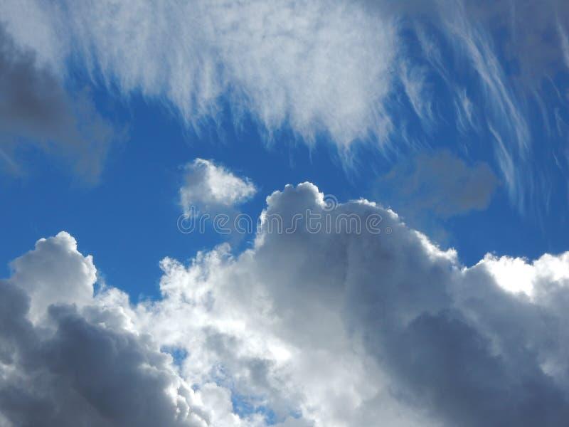 white för avstånd för sky för blå oklarhetskopia fluffig arkivbilder