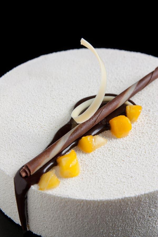 white för chokladmangomousse arkivbild