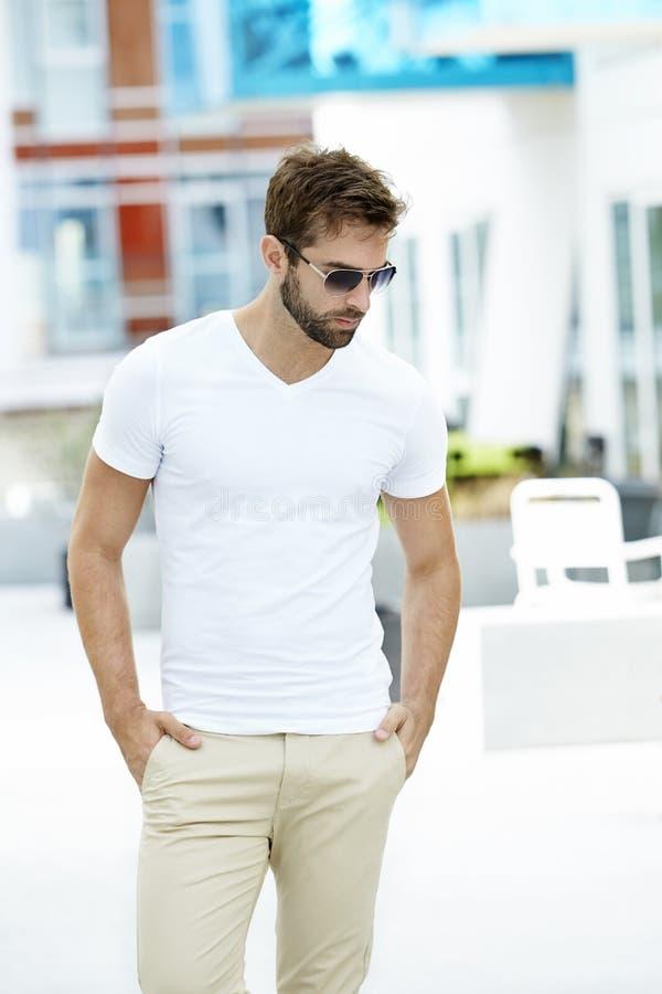 white för grabbskjorta t fotografering för bildbyråer