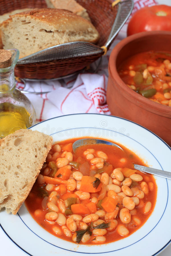 white för grekisk soup för böna vertikal royaltyfri bild