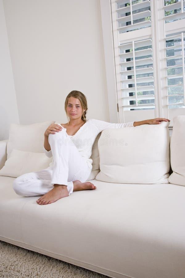 white för home avslappnande sofa för flicka tonårs- arkivbilder