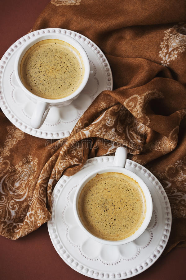 white för morgon för kappa för flicka för dressing för kaffekopp royaltyfri bild