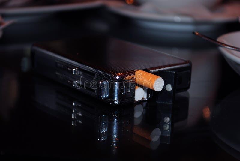 white för objekt för bakgrundsfall cigarett isolerad arkivfoto