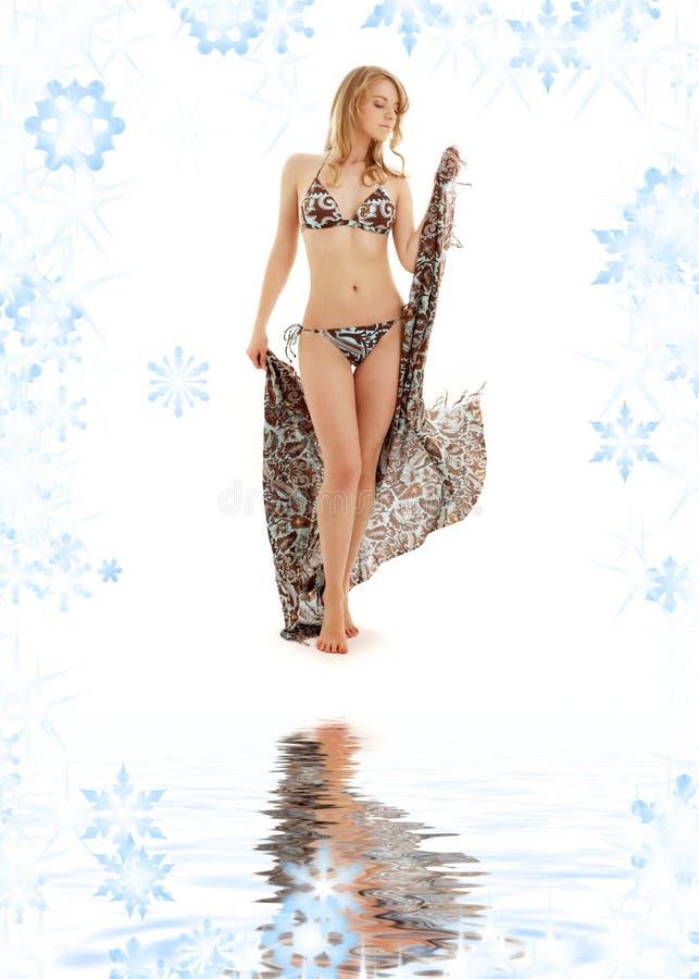 white för sarong för bikiniflickasand gå arkivfoton