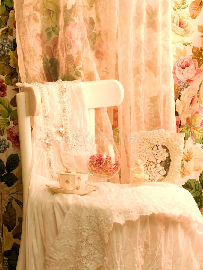 white för teacup för stolsklänningram arkivfoto