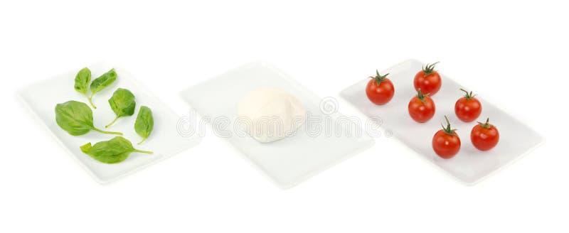 white för tomat för mozzarella för basilikaflaggamat italiensk royaltyfri fotografi