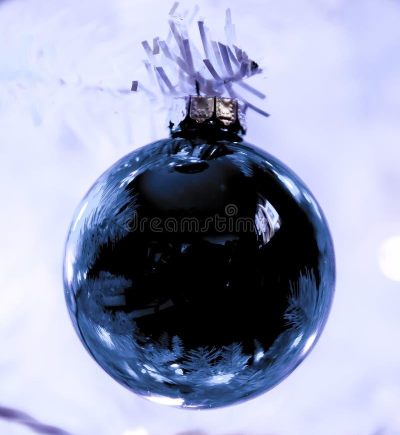 white för tree för prydnadar för jul för bakgrundsboll ljus arkivfoto