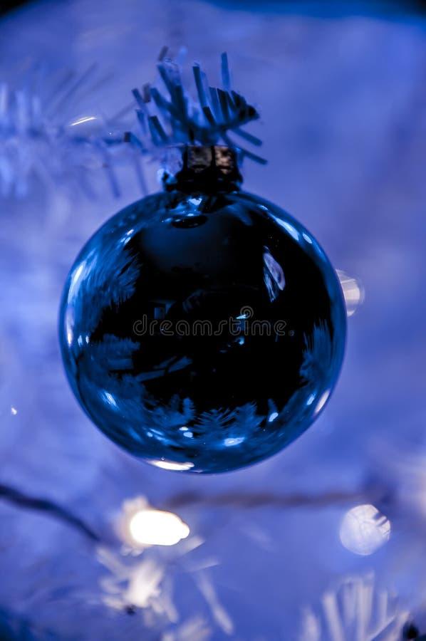 white för tree för prydnadar för jul för bakgrundsboll ljus royaltyfri fotografi